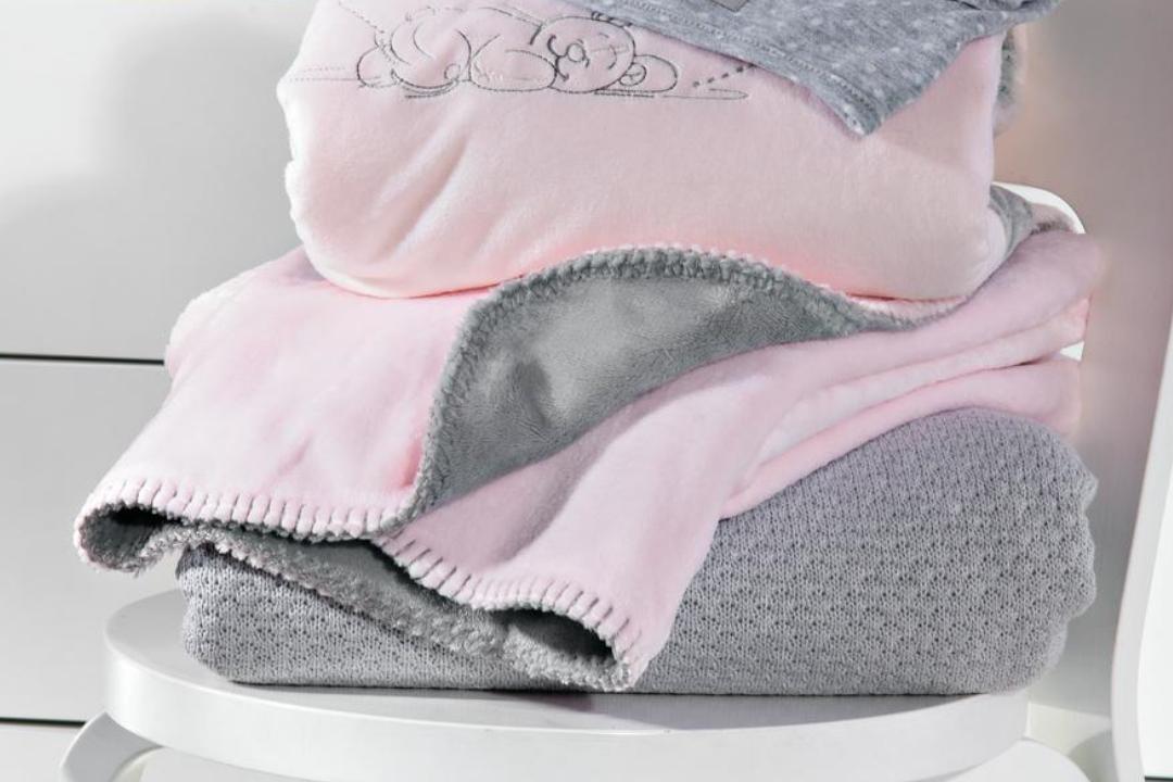 d couvrez notre s lection de couvertures pour b b. Black Bedroom Furniture Sets. Home Design Ideas